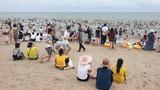 Nghỉ lễ, biển Sầm Sơn đông nghịt khách, bất chấp nguy cơ dịch COVID-19
