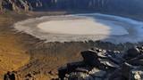 Miệng núi lửa trắng ngọc kì lạ ở Saudi Arabia