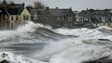 Mưa bão, lũ lụt, triều cường khổng lồ nhấn chìm nước Anh