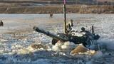 Mục kích ông Kim Jong-un chỉ đạo xe tăng vượt sông băng