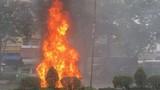 Ôtô bốc cháy ngùn ngụt trên đường về sân bay