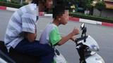 Video: Kinh hoàng bé trai lái xe máy lao thẳng nồi canh sôi sùng sục