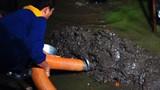 Video: Ám ảnh cảnh dầm mình, hút bùn sông Tô Lịch trong đêm