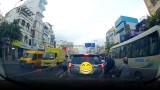 Video: Ném rác bừa bãi xuống đường, người lái xe nhận cái kết bất ngờ
