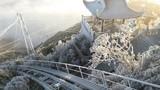 Video: Mưa và tuyết cùng rơi phủ trắng Fansipan