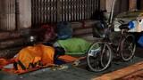 Video: Bố đành ngủ đêm ngoài trời rét chỉ vì...thương con