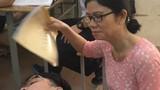 """Video: Nam sinh ngủ gật được cô giáo """"quạt mát"""" gây sốt"""