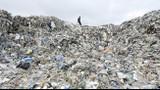 """Video: Thị trấn """"bẩn"""" nhất thế giới, rác """"cao"""" hơn tháp Eiffel"""