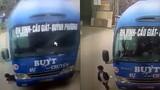 Video: Đứng tim nhìn bé trai thoát chết trước đầu xe buýt lao vun vút