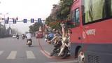 Video: Húc văng cô gái sang đường... và hành động đáng lên án của nam thanh niên