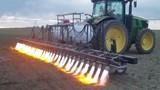 """Video: Máy phun lửa diệt cỏ bất ngờ được """"hồi sinh"""", tại sao?"""