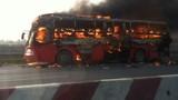 Xe khách cháy ngùn ngụt trên đường Pháp Vân