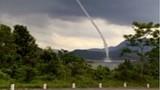Video: Vòi rồng hút nước lên trời ở Quảng Trị