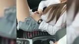 Video: Ngồi vắt vẻo trên ô tô, người đẹp ngủ gật lĩnh trái đắng