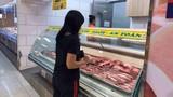 Giá thịt lợn giảm không đáng kể, bà nội trợ vẫn e dè