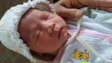 Xót thương bé gái mới sinh bị bỏ rơi trước cổng chùa Hà Nội