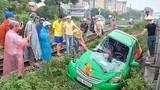 Xe taxi biến dạng tả tơi sau khi bị tàu hỏa kéo lê ở Hà Nội