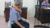 Ông già 79 tuổi hiếp dâm bé 4 tuổi ngã gục khi lĩnh án 8 năm tù