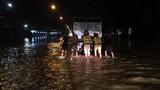 Xúc động CSGT Hà Nội lội nước lũ đẩy ô tô chết máy giúp dân