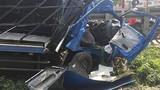 Tàu hỏa tông bẹp dí xe tải, tài xế may mắn thoát chết