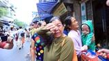 """Hà Nội: Rơi nước mắt cảnh bệnh nhân nghèo ra """"đứng đường"""" sau vụ cháy"""