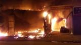 Cận cảnh khói lửa bao trùm xưởng sửa chữa ô tô giữa đêm ở HN