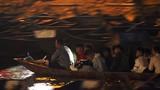 Ảnh: Dòng người soi đèn trên suối Yến, xuyên đêm trẩy hội chùa Hương