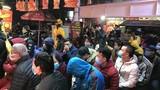 Mưa lạnh, người dân đeo khẩu trang đi mua vàng ngày vía Thần Tài từ 3h sáng
