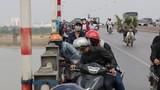 Cầu Vĩnh Tuy tắc dài vì dân xúm đông xem... người tự tử