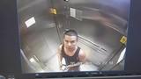 Người đàn ông bị bắt giữ vì liếm ngón tay, bôi lên nút thang máy