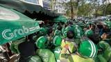 """Hàng trăm tài xế """"vây"""" trụ sở Grab ở Hà Nội"""