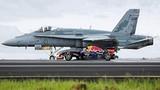Xe công thức 1 đua tài cùng máy bay phản lực