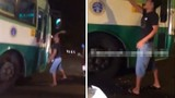 Thanh niên manh động đập kính xe buýt, bị phụ xe đuổi đánh