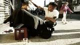 Cảm động chàng trai làm đẹp cho người vô gia cư