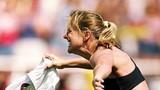 Các nữ cầu thủ cởi áo ăn mừng bàn thắng gây sốt
