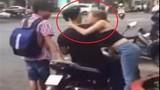 Thiếu nữ Việt thi nhau cưỡng hôn người lạ trên phố