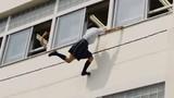 Nữ sinh Nhật Bản đi học muộn trèo tường cao vào lớp