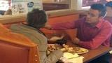 Cảm kích chàng bồi bàn giúp người khuyết tật dùng bữa