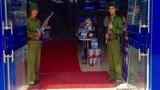Trần Anh lại dùng mẫu cầm súng, mặc quân phục gây tranh cãi
