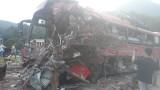Hòa Bình: Tai nạn nghiêm trọng, xe khách nát bét, nhiều người thương vong