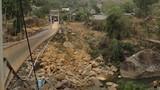 Cầu treo bất ngờ sập khi đám tang đi qua, 8 người chết