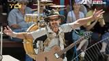 Người đàn ông chơi cùng lúc 9 nhạc cụ trên vai