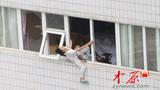 Bị vợ cắm sừng, trai trẻ ôm con định nhảy lầu tự tử