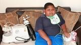 Cậu bé 10 tuổi nặng 90kg vì không thể ngừng ăn