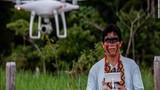 """Tộc người nguyên thủy ở Amazon biết dùng drone để bảo vệ... """"báu vật"""""""