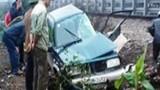 Ô tô chở GĐ NH Chính sách Xã hội bị tàu đâm