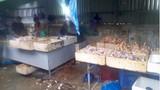 Bất ngờ gà đông lạnh bán rẻ như rau tại chợ Dịch Vọng Hà Nội