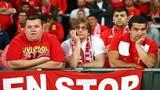"Khuôn mặt ""bần thần"" của CĐV Liverpool sau trận CK Europa League"