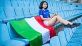 Hoa khôi ĐH Nội vụ gợi cảm trong màu áo ĐT Italia