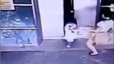 Mẹ nhanh chân song phi cứu con khỏi bị cửa thang máy kẹp